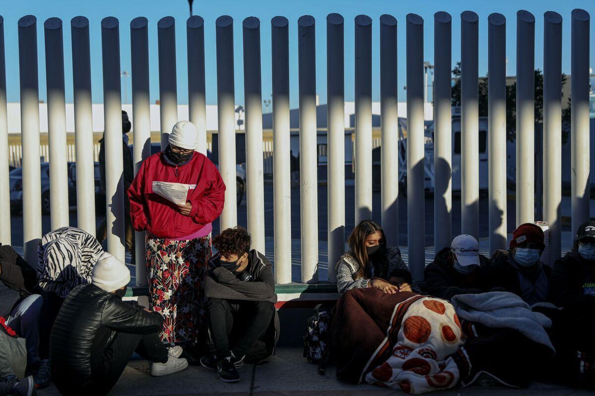 White House Officials Visit Mexican Border Amid Migrant Surge thumbnail