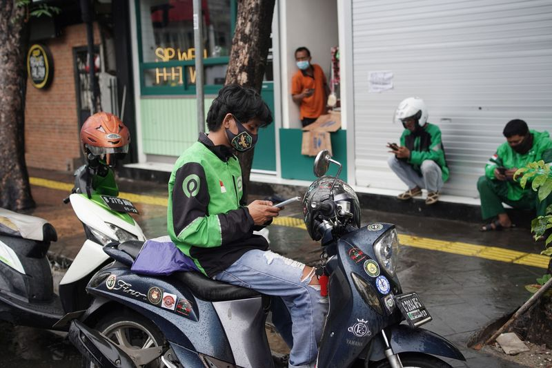 Gojek Delivery Drivers As The Company Is Said in Talks With Tokopedia for $18 Billion Merger