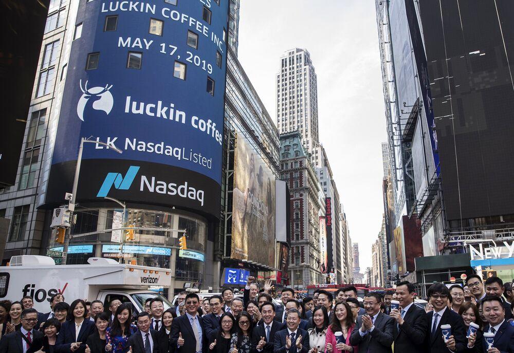 IPO của Luckin Coffee bên ngoài Nasdaq MarketSite ở New York vào năm 2019. Nhiếp ảnh gia: Victor J. Blue / Bloomberg