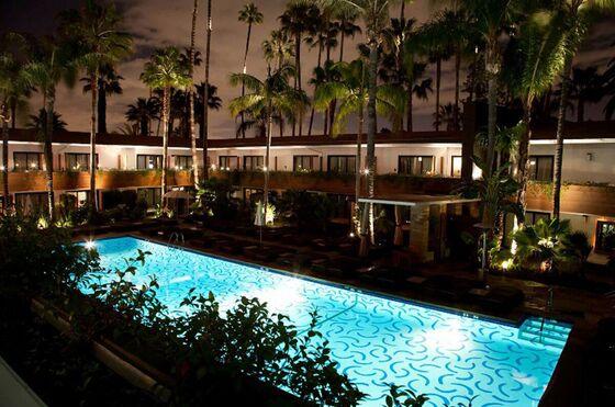 Home of First Oscars Ceremony Hosts Art Fair Around Hockney Pool