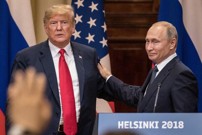 Η σοκαριστική εμφάνιση του Τραμπ δίπλα στον Πούτιν