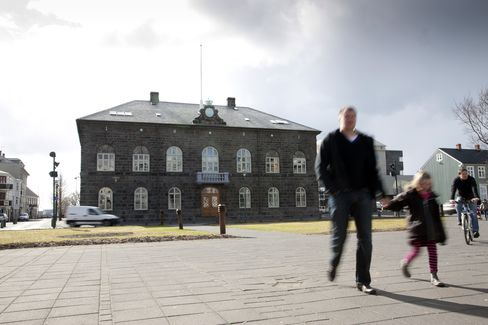 Iceland Faces Bank Talks as Krona Risk Contained