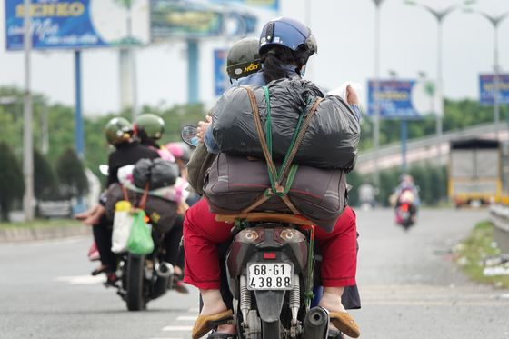 Thousands of Vietnamese Flee Industrial Areas After Virus Restrictions Ease