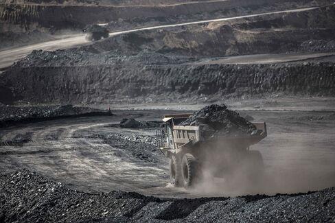 モンゴルの石炭採掘現場