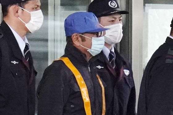 Ghosn Freed on Bail in Cap, Face Mask After 108 Days in Jail