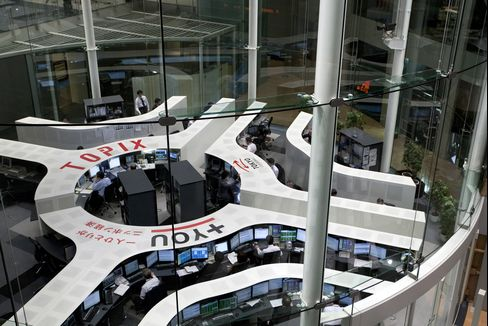 Asian Stocks Decline as Japanese Shares Retreat After Yen Gains