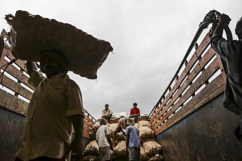 India Inflation Tops Estimates as Rupee Fans Costs in Rajan Test