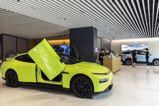 Chinese EV Maker XPeng Ends Flat in Hong Kong Trading Debut