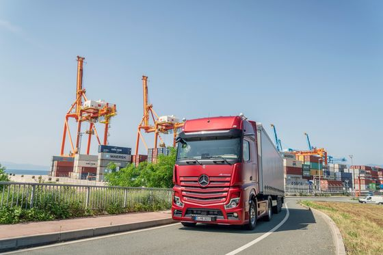 Mercedes Brings Hands-Free Driving to Its 40-Ton Highway Hauler