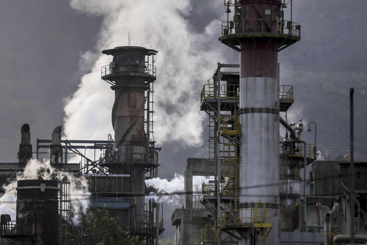 Oil Rebounds as U.S. Gasoline Drop Helps to Ease Post-OPEC Gloom