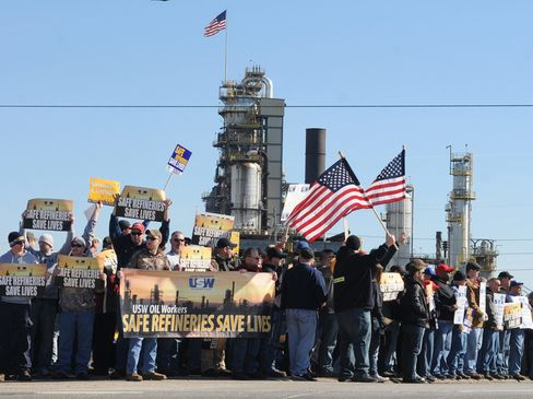 Representatives from the United Steel Workers Union (USW) hold a rally at the entrance to the Marathon refinery in Catlettsburg, Kentucky, on Feb. 7, 2015.