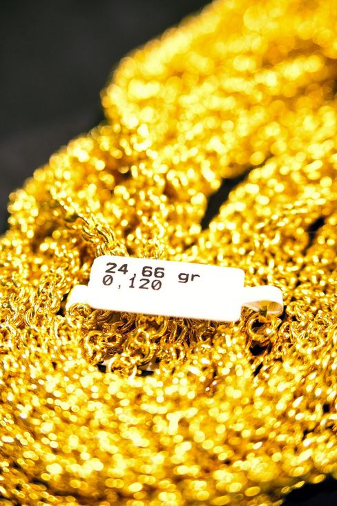 Gold Advances as ETF Holdings Expand to Record After Stimulus