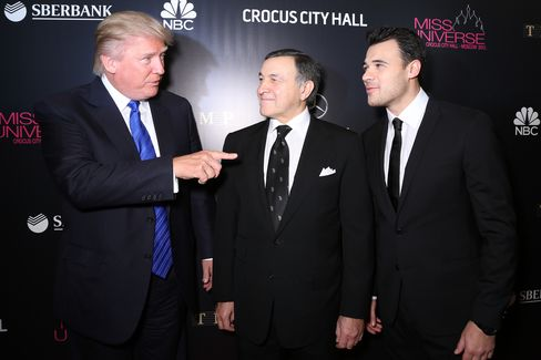 モスクワのミス・ユニバース大会でのトランプ氏(左)とアラス・アガラロフ氏(中央)、エミン・アガラロフ氏(2013年11月9日)