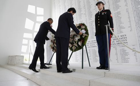 安倍氏とオバマ氏、アリゾナ記念館で献花