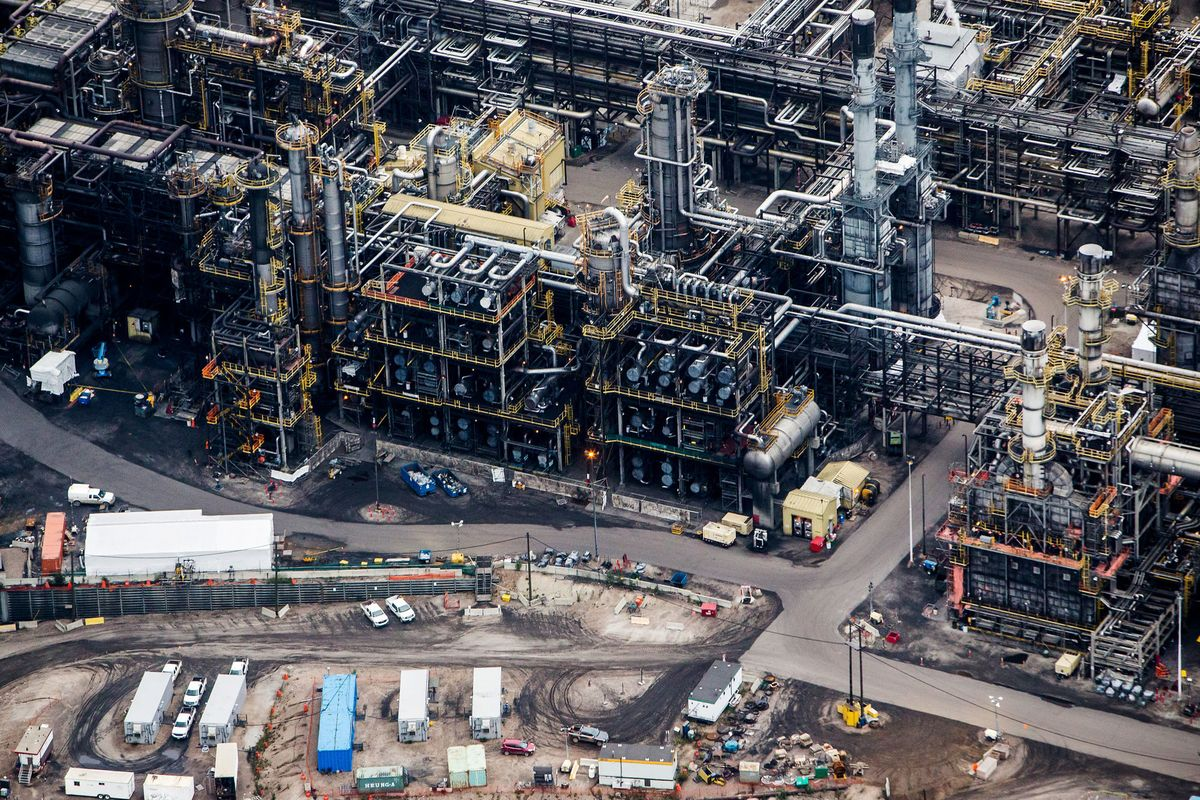Canadian Oil Prices Weaken as Crude Tanks Fill on Refinery Work