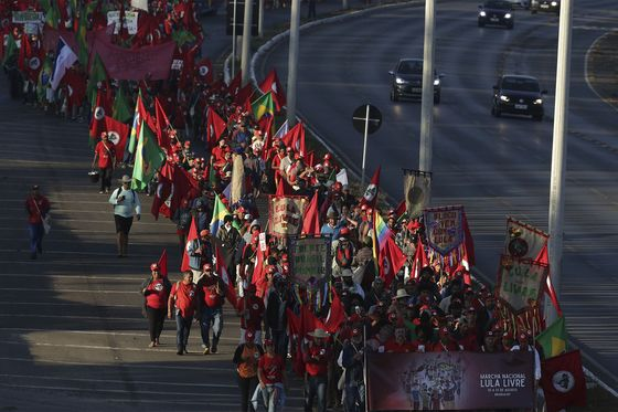 Thousands March in Brasilia as Lula Files Election Paperwork