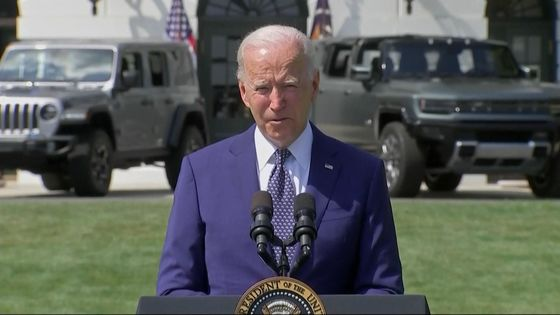 Biden Flanked by Detroit Automakers Signs Clean Car Targets