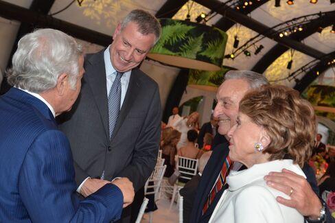 Mayor Bill de Blasio with Robert Kraft, Sandy Weill and Joan Weill. Photographer: Amanda Gordon/Bloomberg