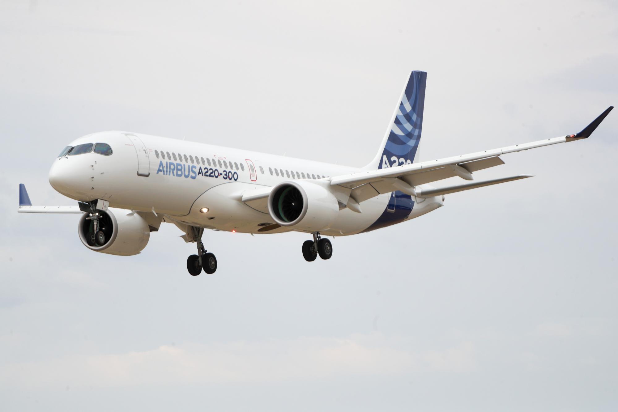 エアバス、単通路機A220の航続距離延長へ-新路線開設可能に - Bloomberg