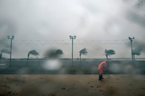 Almost 900 Hong Kong Flights Canceled as Typhoon Batters City