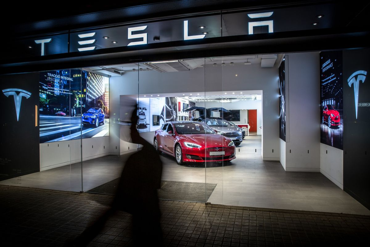 Ten Thousand Day Traders an Hour Are Buying Tesla Shares