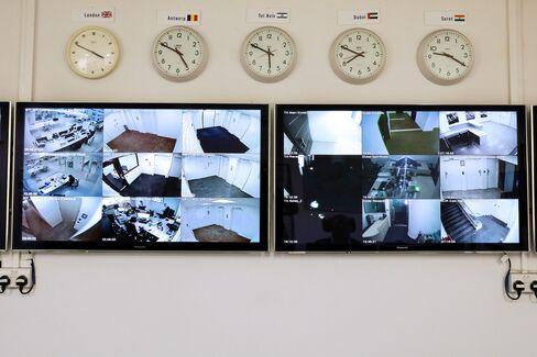 各地から届く監視カメラ映像