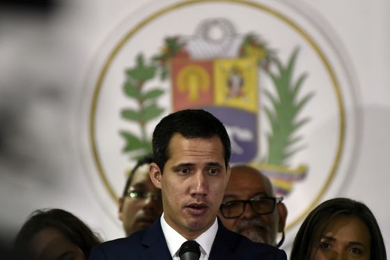 Maduro to Release 14 Political Prisoners Following Caracas Clash