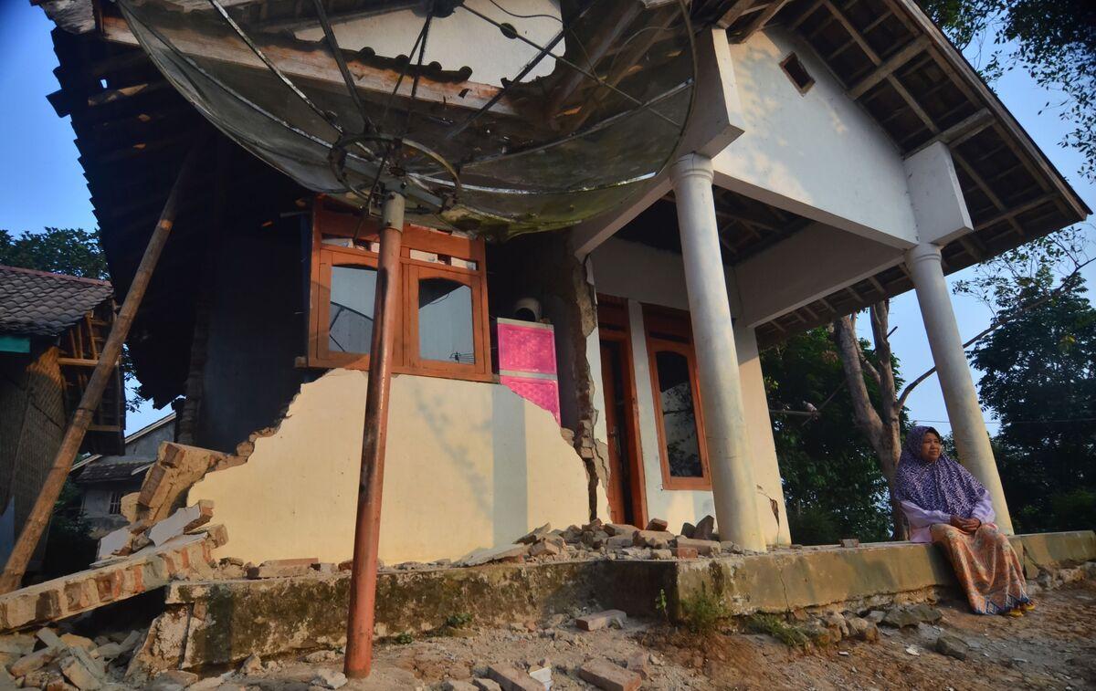 Indonesian Quake Evacuees Return Home After Tremor Kills 4