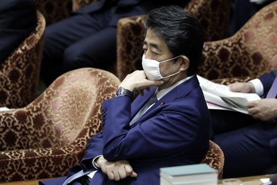 Japan's Abe Signals He'll Extend State of Emergency