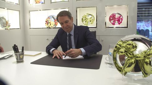 The artist Jeff Koons and the first-edition yellow plate version of his iconic balloon dog.