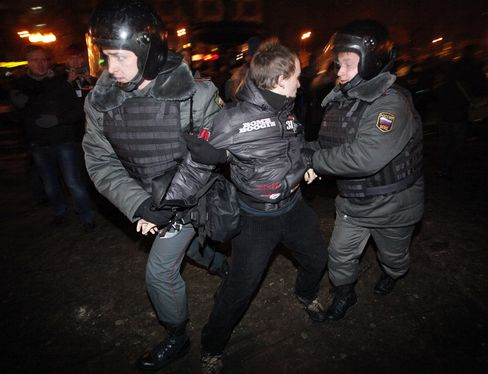 Russians Protest Against Putin After Opposition Homes Searched