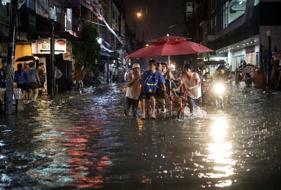 Flood Cripples Philippine Capital as 54,000 Are Evacuated