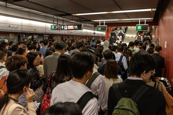 Hong Kong Hit by Rush-Hour Chaos After Glitch Delays Trains