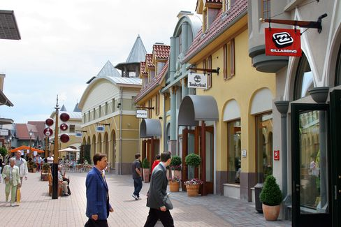 Investors Share Thrill as Buyers Fill Europe's Outlet Malls