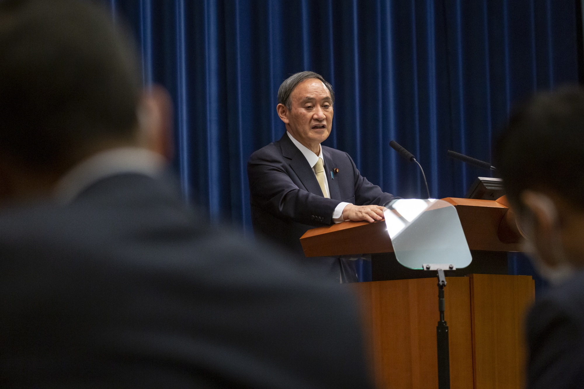 日本の菅義偉首相が非常事態を宣言