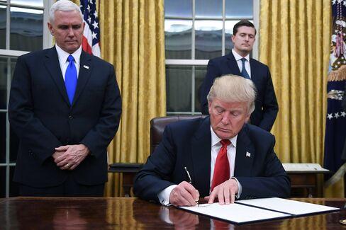 大統領令に署名するトランプ大統領