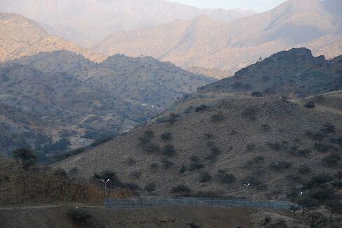 Saudi Border Guards Chase Smugglers