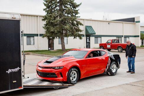 ミシガン州の工場を訪れ、赤と黒のCOPOカマロを購入したミッチェルさん(右)
