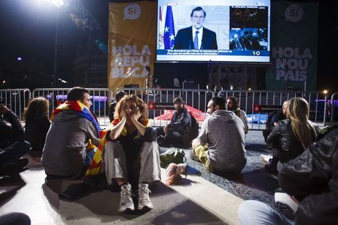 People react while listening to a televised speech by Mariano Rajoy, Spain's prime minister, after a banned Catalan referendum in Barcelona, Spain, on Sunday, Oct. 1, 2017. Photographer: Angel Navarrete/Bloomberg