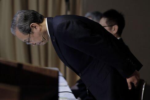 巨額損失が発生し会見で陳謝する東芝の綱川智社長