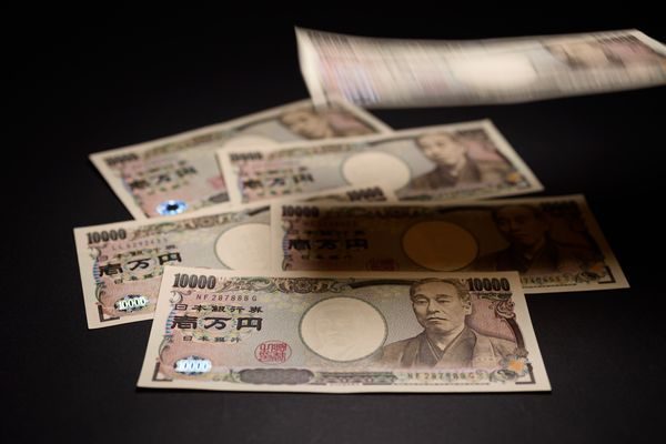 Japanese Yen Outpaces Dollar to Hold Currency Crown