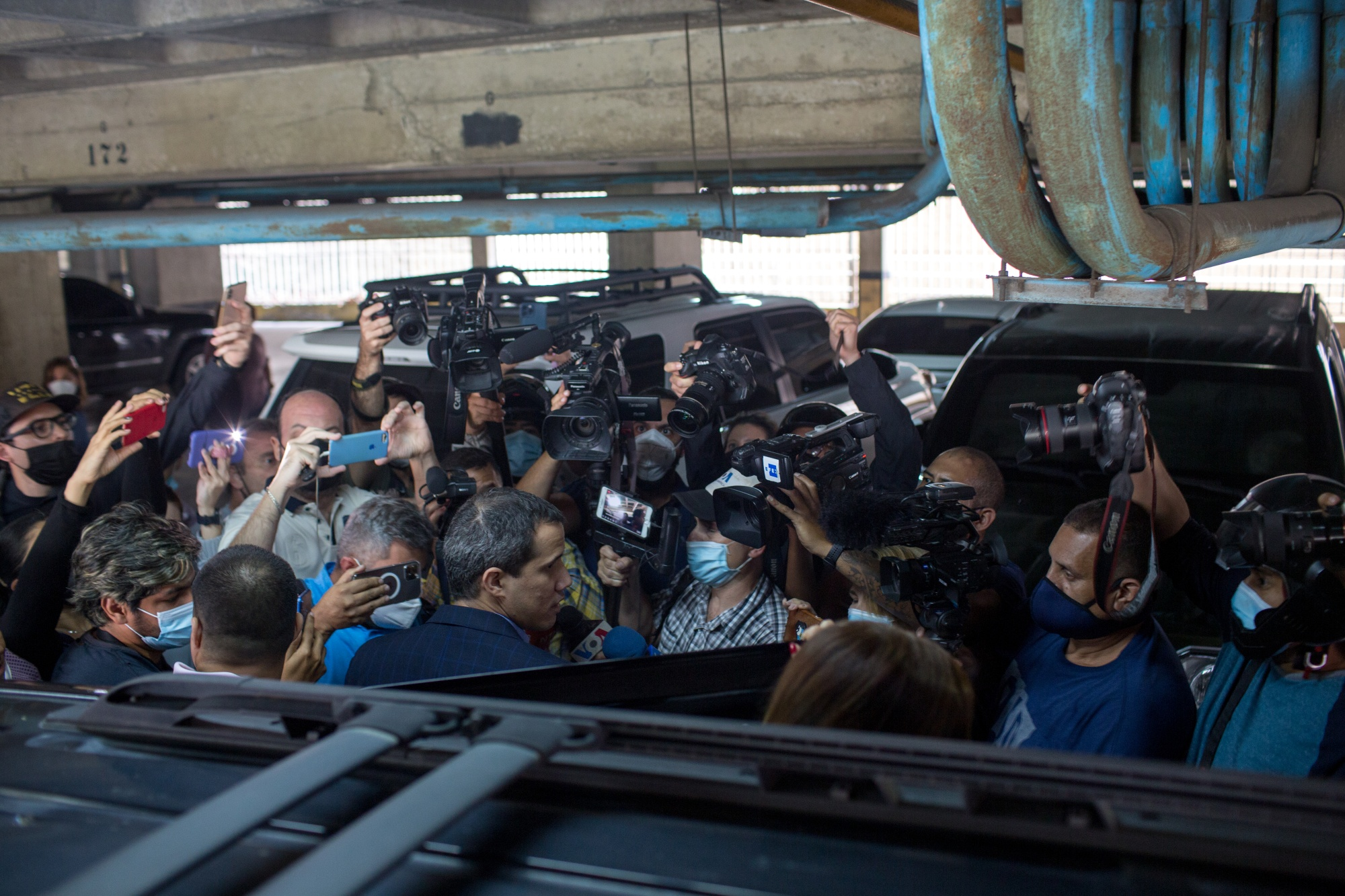 Fuerzas de seguridad venezolanas intentan detener al líder opositor Guaidó