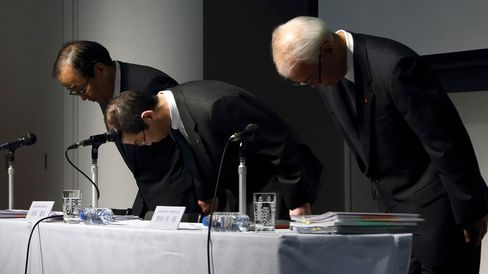 Shigehisa Takada, chairman and president of Takata Corp., center, Hiroshi Shimizu, executive vice president, left, and Yoichiro Nomura, chief financial officer, bow during a news conference in Tokyo on June 25, 2015.