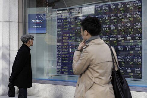 株価ボード前
