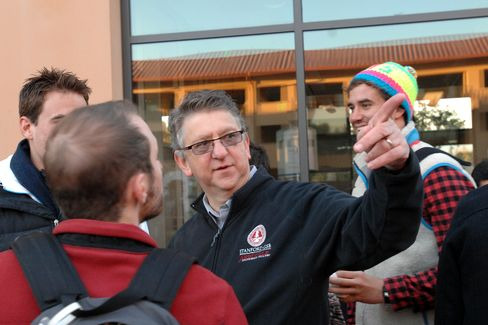 Saloner talking with students in 2011.