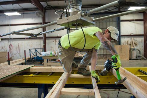 84ランバーの工場での壁パネル組み立て