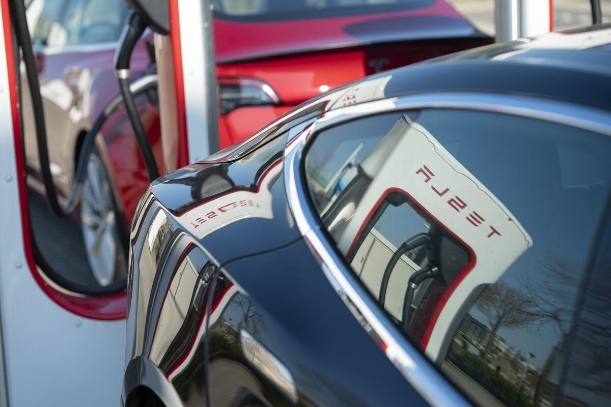Tesla Surges on Musk Seeing Shot at 100,000-Delivery Quarter