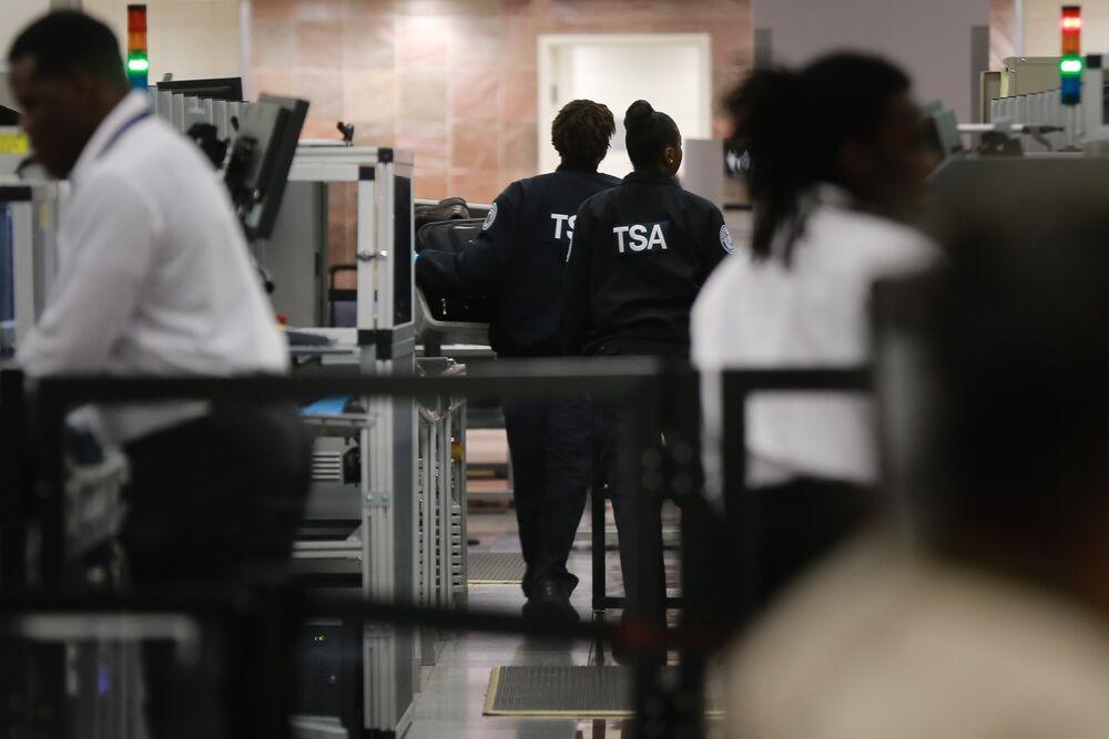 U.S. Airport Screener Absences Triple as Shutdown Continues