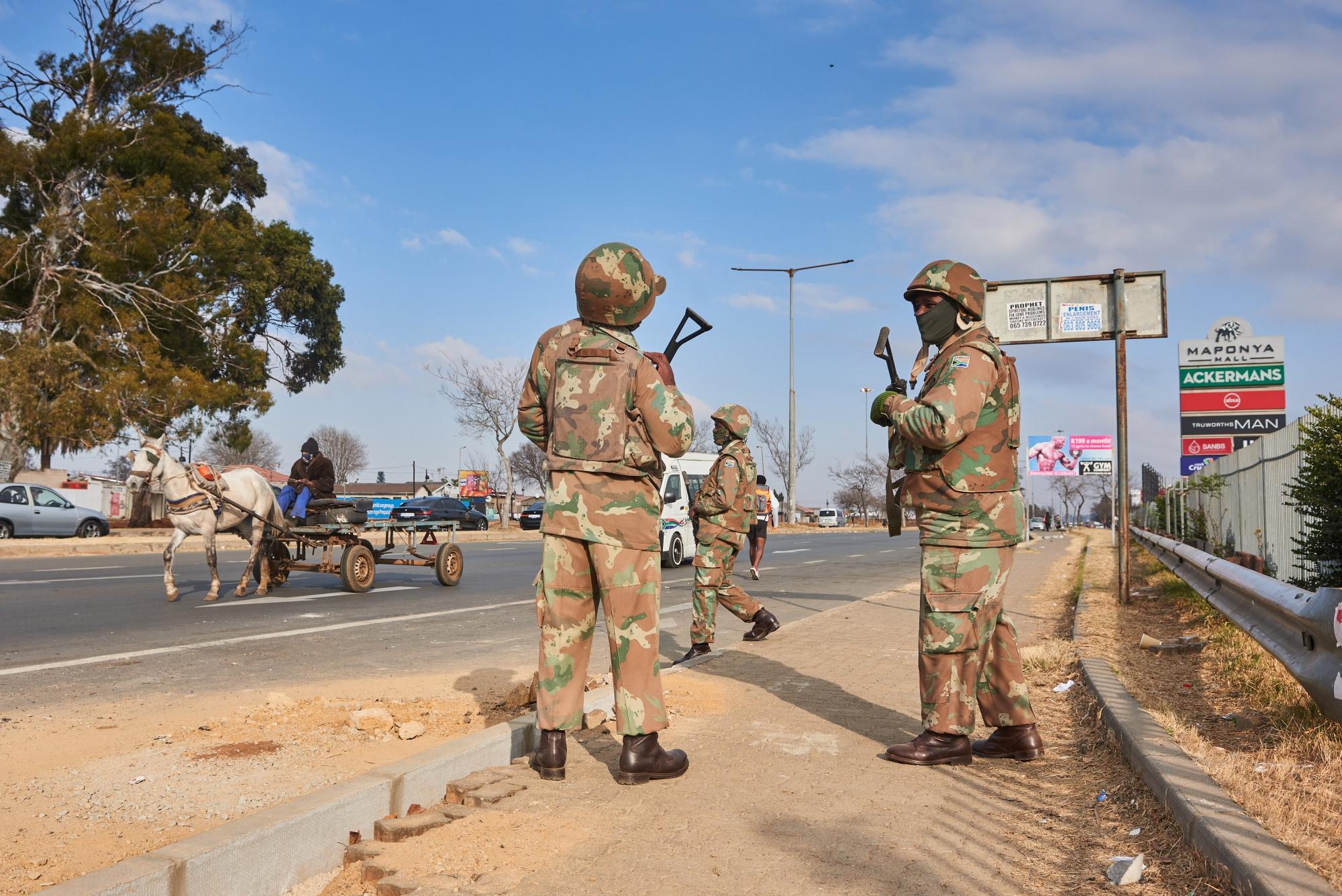 Los disturbios mortales ensombrecen la recuperación económica de Sudáfrica