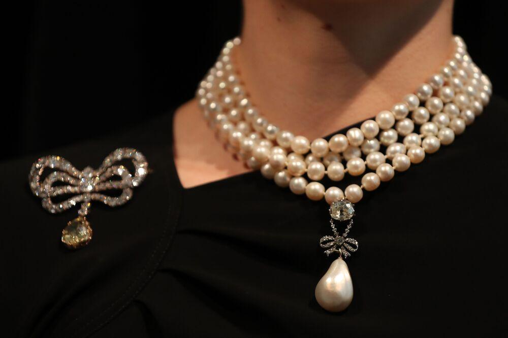 Heirs of Beheaded King Sell Marie Antoinette's Pearl Pendant